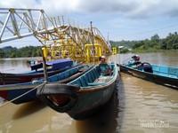 Keunikan jembatan ini terletak pada teknologinya, yaitu dibangun dengan pondasi ponton yang dapat naik turun sesuai dengan kondisi air di Segara Anakan