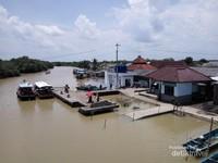 Gambar dermaga Motean Kampung laut diambil dari Jembatan apung