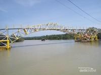 Berdiri di atas pondasi ponton, jembatan ini bisa naik-turun