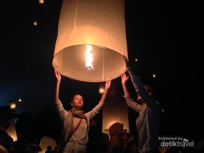 Hikmatnya Prosesi Pelepasan Lampion di Candi Borobudur