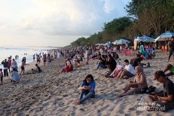 Pantai Kuta yang tak pernah sepi