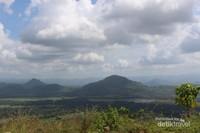Gunung ,sawah dan awan menjadi lukisan alam yang menakjubkan di tempat ini