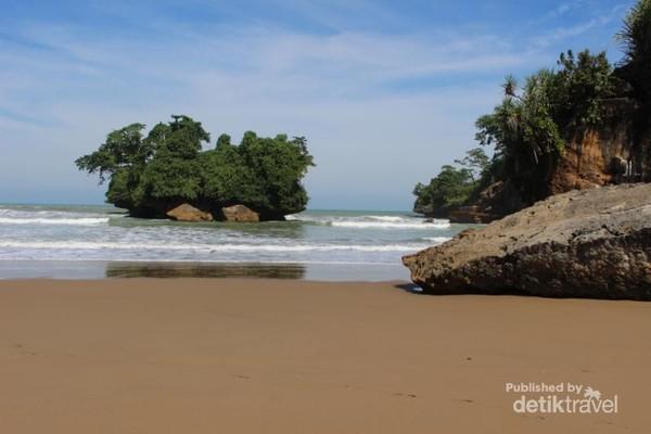 Melanglang Di Pantai Pelang Trenggalek
