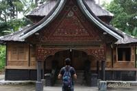 Perpaduan ornamamen ukir Minangkabau dan tulisan Arab