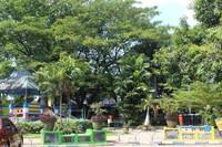 Tempat duduk bagi para pengunjung tersedia di bawah rimbunnya pepohonan