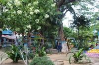Arena bermain anak juga melengkapi taman ini
