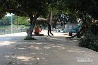 Terdapat pula arena untuk bermain skateboard