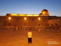 Berbeda dengan tempat keramat lain di muka bumi yang cenderung ramai, Al Aqsa bisa dibilang relatif sepi karena susah untuk masuk ke Masjid ini karena penjagaan Israel