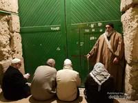 Kakek ini mau melaksanakan Sholat Shubuh di Masjidil Aqsa, mereka harus menunggu pintu Al Aqsa dibuka oleh tentara Israel, setiap harinya Al Aqsa dibuka pukul 03.30 dan ditutup setelah Isya, meski kadang otoritas Israel telat membuka gerbang masuk ke Masjidil Aqsa
