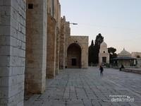 Pelataran Masjidil Aqsa nampak tua , bangunan ini telah berumur ratusan bahkan ribuan tahun