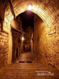 Lorong-lorong menuju Masjidil Aqsa di kala Shubuh, berbeda dengan Masjid Nabawi dan Masjidil Harom, tempat yang pernah menjadi kiblat umat muslim ini sepi dari ziarah karena susahnya perijinan masuk ke Masjidil Al Aqsa
