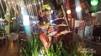 Patung JEBAK di depan restoran