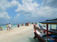 Waktu paling tepat mengunjungi Pulau Pasir ini adalah sebelum pukul 15.00 WIB
