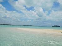 Pulau pasir dan lautan yang hijau toska