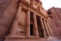 Arsitektur bangunan yang ada dimulai dari pintu masuk sampai ke dalam sangat menakjubkan. Untuk masuk menyusuri kawasan Petra kita harus membayar tiket seharga 25 dinar atau sekitar Rp 500 ribu rupiah