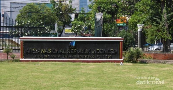 Papan nama yang terdapat di depan gedung.