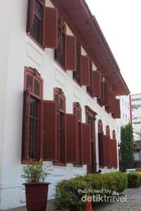 Bangunan bergaya Eropa yang khas dengan jendela-jendela besar