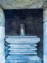 Di dalam Kuil utama terlihat Yoni