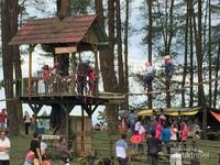 Aneka fasilitas bermain yang dapat dinikmati keluarga saat traveling ke Puncak Lawang