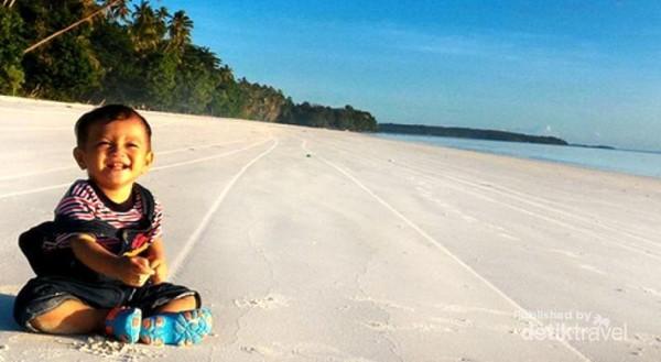 Pasir Pantai Ngurbloat yang putih dan bersih cocok untuk bermain dengan keluarga