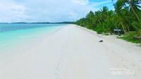 belum terlihat resor atau penginapan berbintang di pantai secantik ini