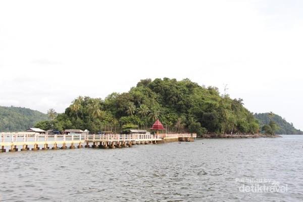 Jembatang penghubung ke Pulau Batu Kareta