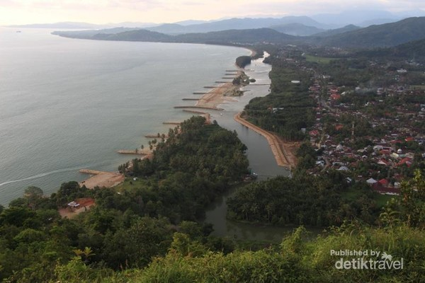 Pemandangan di Puncak Bukit Langkisau