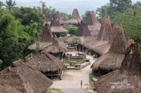 Desain rumahnya khas yang mencerminkan identitas budaya Sumba. Bahan bangunannya sebagian besar terbuat dari kayu, bambu, dan beratap dari alang-alang