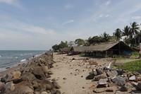 Sayangnya di pantai ini bertabur sampah bekas kelapa muda yang mengotori pantai