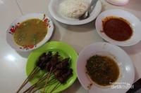 Satu porsi sate matang terdiri dari sate, kuah kacang dan kuah soto yang gurih