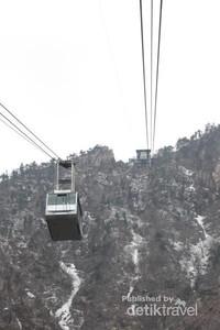 Terdapat dua cable car yang melayani wisatawan yang hendak ke puncak Gunung Seorak