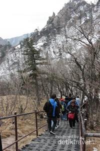 Dari stasiun pemberhentian terdapat jalur setapak menuju Puncak Gunung Seorak