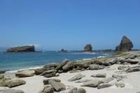 Pasir pantai putih dan batu karang yang cantik