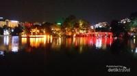 Pemandangan jembatan merah dan menara kura-kura di Hoan Kiem Lake