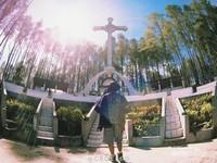 Ukuran dari Salib Kasih ini sangat besar bisa mencapai tinggi belasan meter.