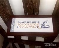 Papan nama tempat Shakespeare bersekolah.