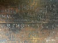 Meja belajar para murid di masa lalu dengan nama-nama yang  terukir