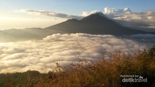 Samudera Awan dan pemandangan Gunung Abang