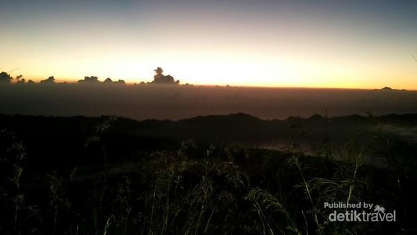 Suasana menjelang sunrise di Gunung Batur