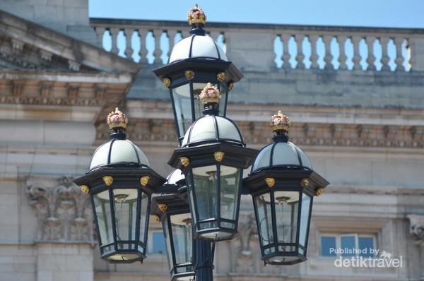 Lampu khas Istana Buckhingham yang tersebar mengelilingi pagar dan memenuhi setiap sudut Istana