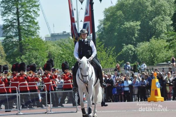 Dikawal oleh polisi berkuda, para penjaga yang baru memutari halaman Istana dengan diiringi oleh Artilery band. Pergantian Penjaga Istana dilakukan setiap hari pada musim panas dan waktunya disesuaikan dengan kondisi cuaca dan  kunjungan kenegaraan.