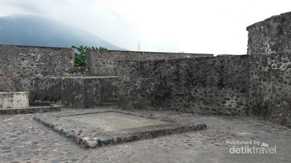 Arsitektur Benteng Kalamata memiliki ciri khas benteng-benteng buatan Portugis