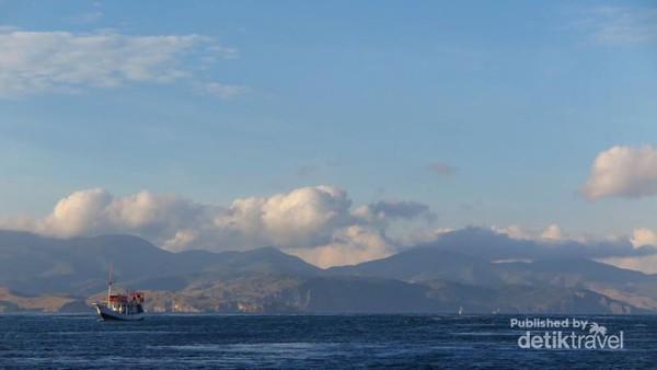 Indahnya laut biru dan langit yang cerah dalam perjalanan ke Pulau Rinca (credit photo Margaret)
