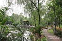 Lintasan jogging di samping kolam ikan