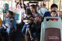 Suasana di dalam bus di bagian atas , jendela di kanan dan kiri terbuka tanpa kaca