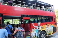 Penumpang berpindah tempat  sehingga semua bisa merasakan suasana bus baik di atas maupun di bawah