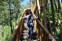 Tangga dari bambu membawa kita menuju loket dan pintu masuk