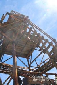 Tempat foto favorit ini juga terbuat dari bambu dengan ketinggian yang lumayan sehingga saat kita berada di bagian yang paling ujung akan terasa bergoyang-goyang saat angin bertiup .Hhhiiiiii ngeri-ngeri sedep