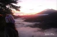 Kabut dan samudra awan menambah pesona Desa Pinggan