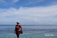 Pemaandangan laut dan langit yang biru sangat cantik bukan?